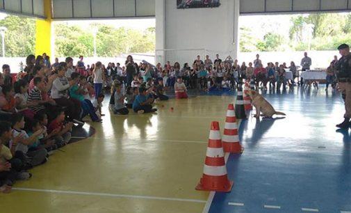 Crianças do Sesc recebem apresentação do cão Uzzy