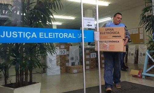 Urnas eletrônicas já estão sendo levadas para os locais de votação