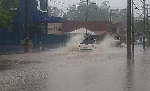 Rua Padre Saporiti fica alagada devido tubulação entupida
