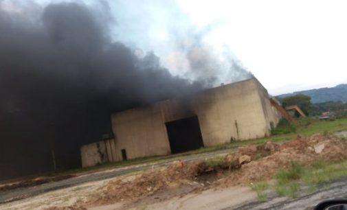 Incêndio destrói antigo barracão da Fricesp em União da Vitória