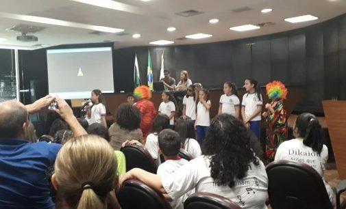 Alunos de União da Vitória apresentam teatro em Curitiba