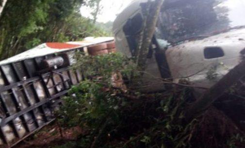 Caminhão tomba na BR 153 no trevo de acesso para PR 170