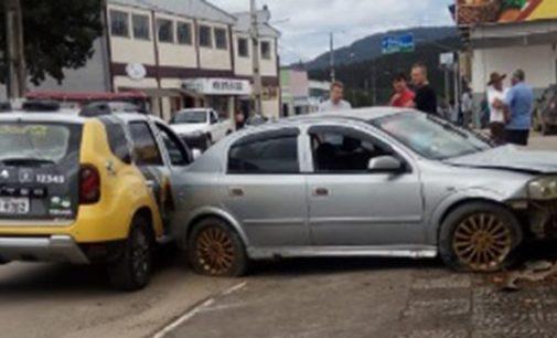 Homem colide veículo com viatura da PM em perseguição