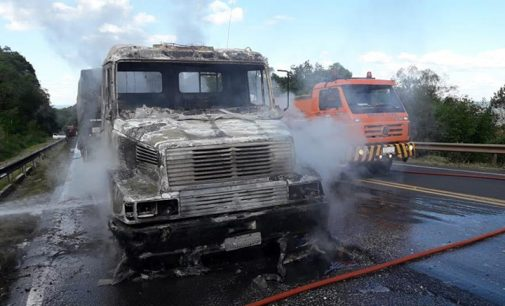 Incêndio destrói carreta na BR 153, após problema elétrico