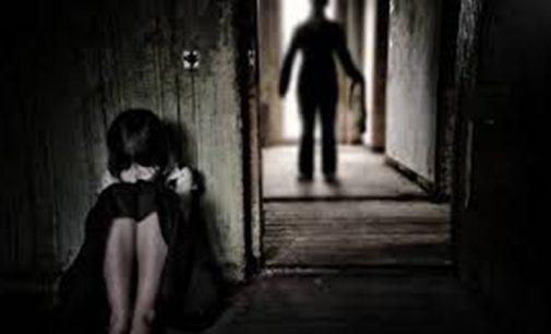 Mãe é detida por agredir filho de quatro anos com fio elétrico