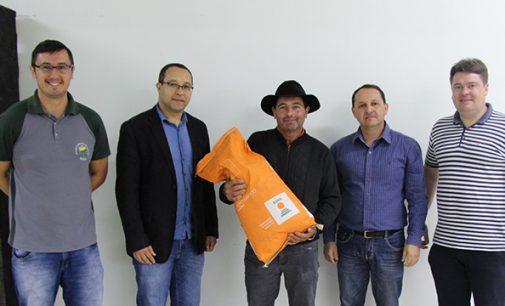 Produtores recebem sacas de milho da Prefeitura de Bituruna