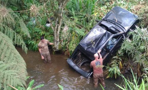 Veículo cai dentro de rio no interior de Porto União