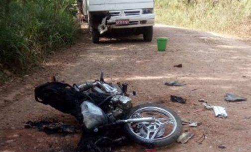 Duas pessoas ficam feridas ao colidir moto com caminhão em Cruz Machado