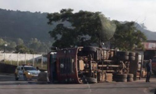 Caminhão tomba na PR 170, área urbana de Bituruna