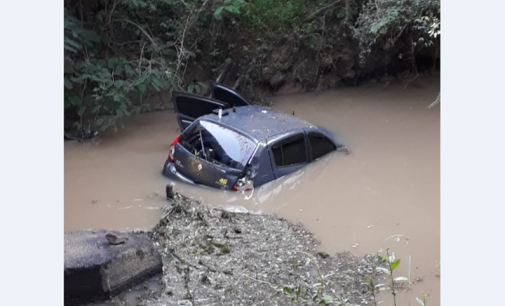 Veículo sai de pista e cai em rio na BR 153