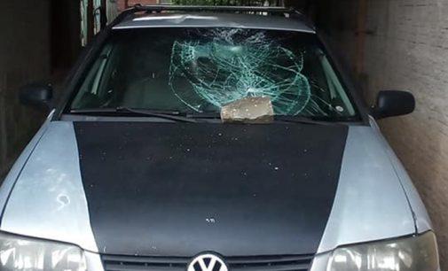 Veículo é danificado com pedrada no Conjunto Guerino