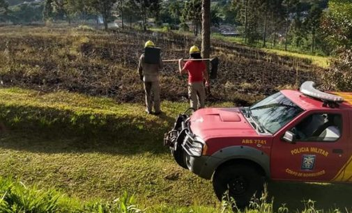 Bombeiros trabalham por quatro horas contra incêndio em vegetação