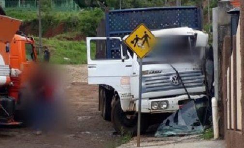 Caminhão colide em muro de escola em General Carneiro