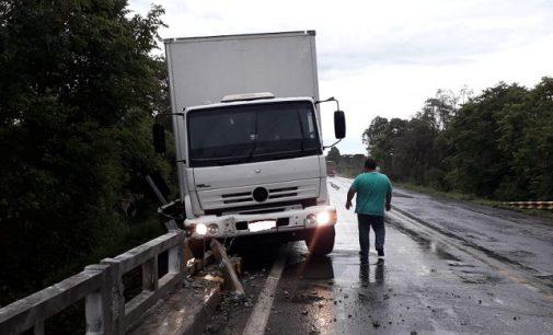 Caminhão de São Paulo sai de pista na BR 476