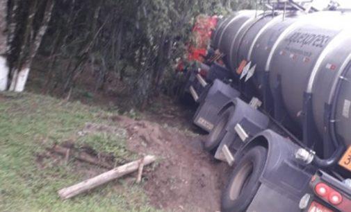 Caminhão sai de pista para evitar colisão na Serra do Leão