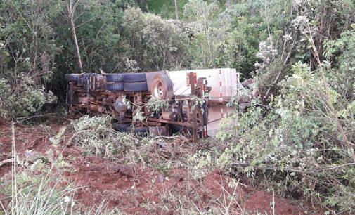 Caminhão sai de pista próximo da ponte do rio Xaxim