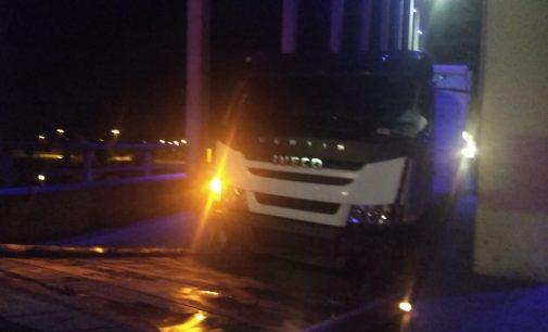 Caminhões colidem na ponte dos Arcos em União da Vitória