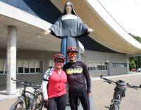 Casal de Porto União percorre Caminhos de Santa Paulina de bicicleta