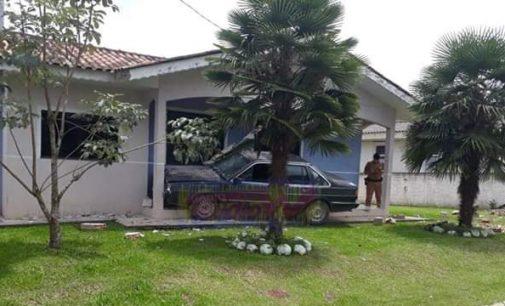 Condutora sem CNH colide veículo contra residência em Mallet