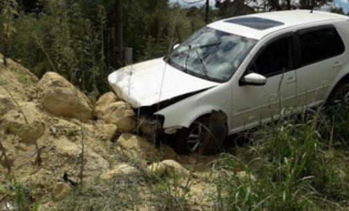 Homem fica ferido, após colidir veículo em pedras