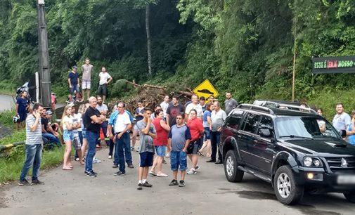 Moradores protestam contra o bloqueio da PR 466