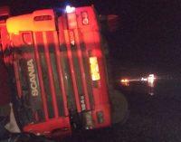 Caminhão tomba e condutor morre na BR 476