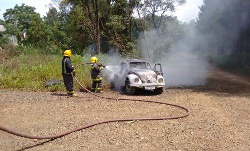 Incêndio destrói VW Fusca no interior de Porto União