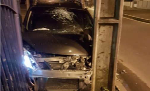 Motorista alcoolizado colide em poste na rotatória do Sesi em União da Vitória