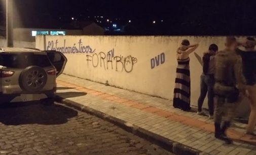 Mulher é abordada pichando muro em Porto União