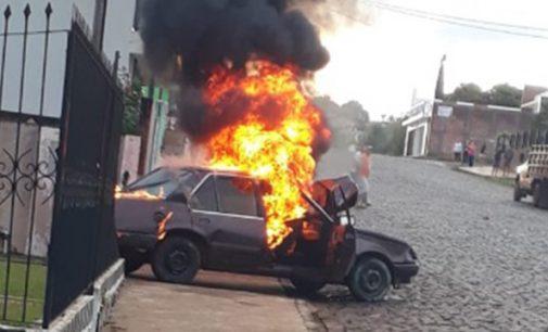 Rapaz é preso por embriaguez e de incendiar veículo
