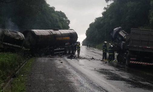 Colisão de dois caminhões na BR 476 deixa um óbito