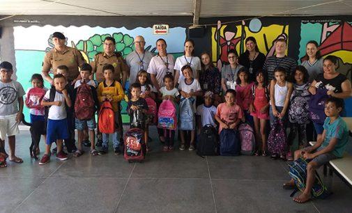 111 crianças recebem Kit de material escolar