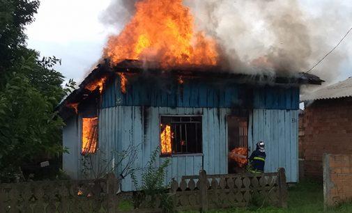 Moradia fica destruída em incêndio no distrito de São Cristóvão