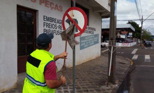 Placas de trânsito de União da Vitoria recebem limpeza