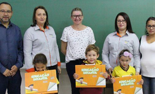 Secretaria de Educação de Bituruna faz entrega de material apostilado