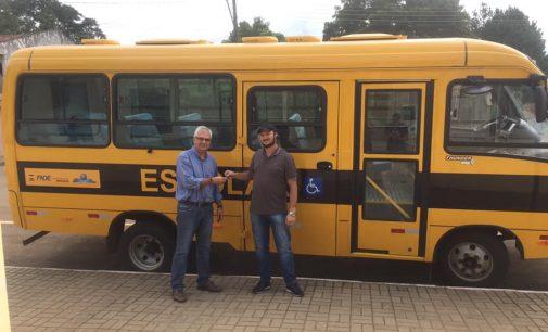Educação de General Carneiro recebe ônibus novo