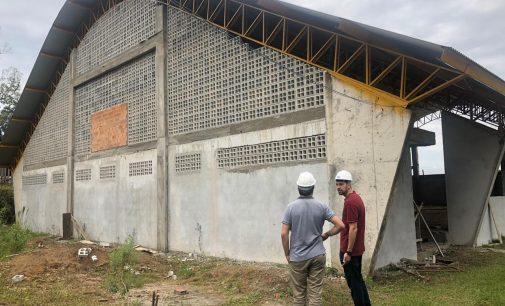 Quadra escolar coberta na Escola Municipal Maridalva Palamar está em construção