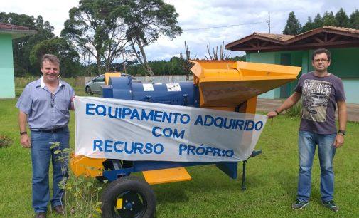 Administração de Matos Costa faz entrega de implemento agrícola