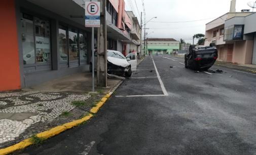 Veículo tomba em acidente na área central de União da Vitória
