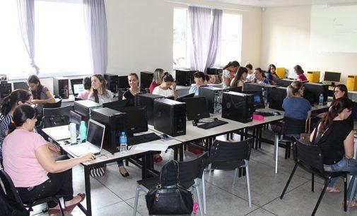 Professores de Bituruna participam de formação sobre material apostilado