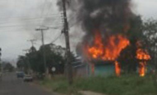 Incêndio destrói moradia no bairro Cidade Jardim
