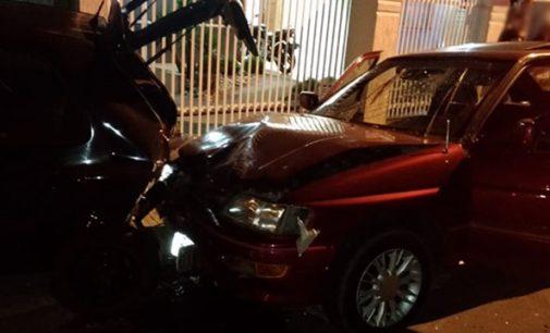 Motorista fica ferido ao colidir com veículo estacionado