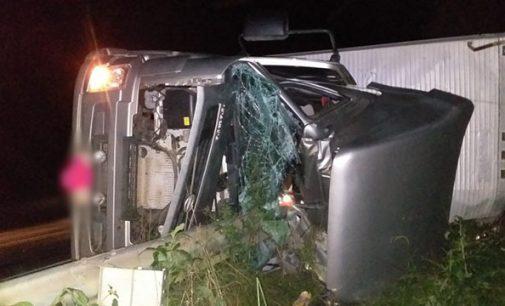 Motorista morre ao tombar caminhão na BR 476