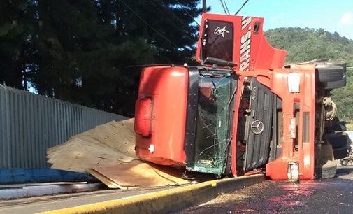 Caminhão tomba no bairro Santa Rosa em Porto União