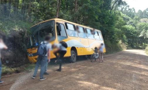 Ônibus sai de pista na antiga estrada de Paula Freitas