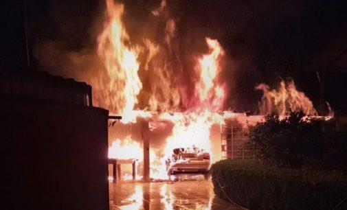 Incêndio destrói veículo e área de lazer em Irineópolis