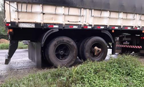 Caminhão fica danificado após princípio de incêndio na BR 153