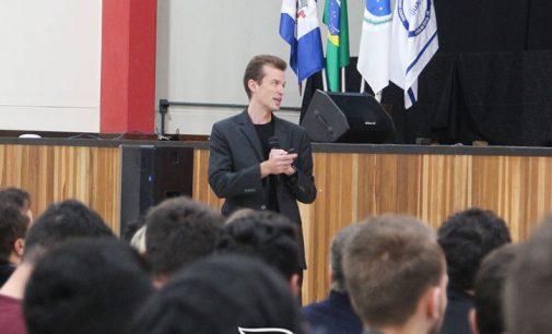Arthur Igreja participa da abertura da VI Semana de Tecnologia da Uniguaçu