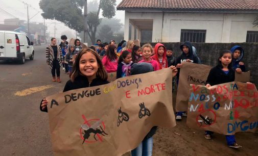 Alunos de União da Vitória participam de caminhada contra a Dengue