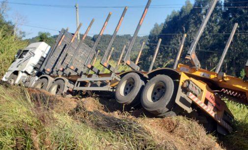 Caminhão sai de pista na SC 135 em Porto União